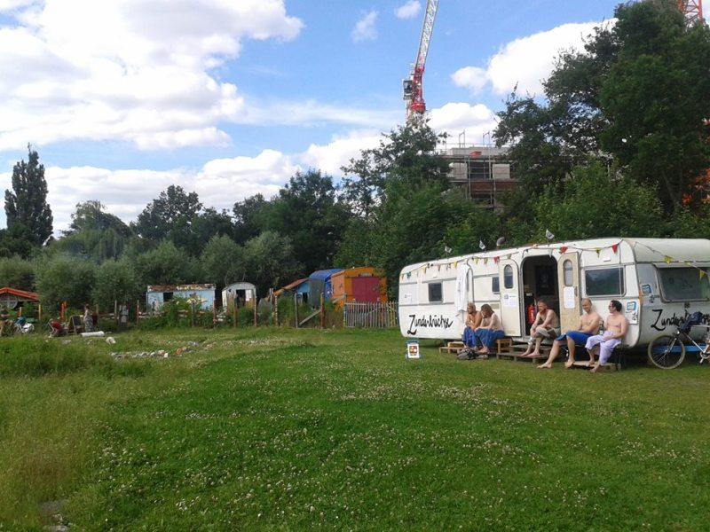 Staunen und schwitzen in Camper-Idylle: die mobile Zunderbüchse an ihrem Stammplatz in Wilhelmsburg (c) facebook.com/verschwitzt