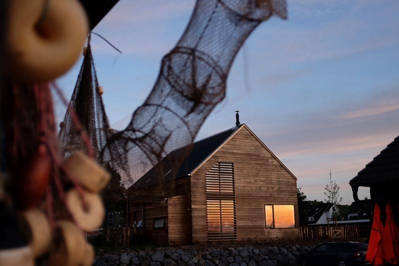 Ein Haus aus Holz am Strand. Mit allem Luxus und vielen liebevollen Details. Traumurlaub für Design-Fans. (c) strandwood.de