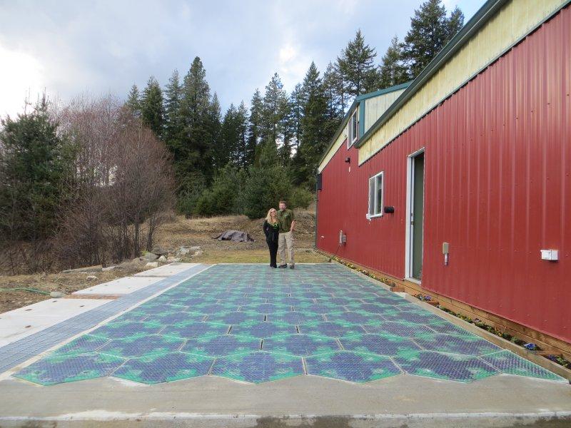 Julie und Scott Brusaw auf ihrem Prototyp II, einem Parkplatz aus Solarzellen, dem auch ein Traktor nichts anhaben kann (c) www.solarroadways.com