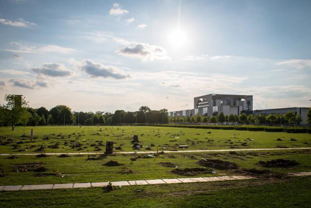 Das Kanzleramt in seiner vollen Pracht mit hauseigenem Friedhof der Flüchtlinge (c) politicalbeauty.de