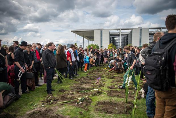 Die Entschlossenen beim Ausheben der Gräber (c) politicalbeauty.de