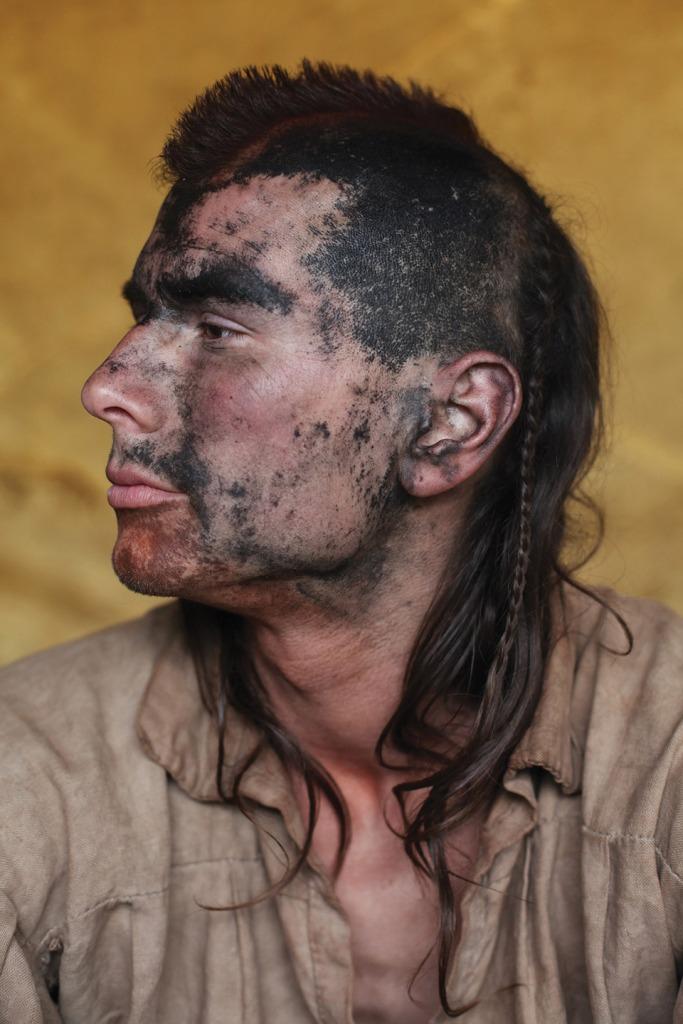 """""""1.5.2011. Brno, Tschechien: Dies ist ein Hobby-Indianer ein Tag nach einer Zeremonie, der sich noch nicht die Farbe vom Körper gewaschen hat."""" (c) Jen Osborne/Redux on motherjones.com"""