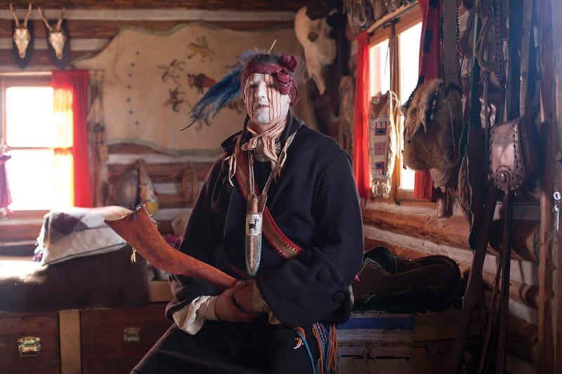 """""""25.2.2012: Budapest, Ungarn. Ein ungarischer Mann sitzt in einer Hütte während eines Wintercamps außerhalb Budapests. (c) Jen Osborne/Redux on motherjones.com"""